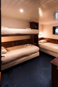 Leafde_fan_Fryslân_cabin_triple_netherlands boat tour